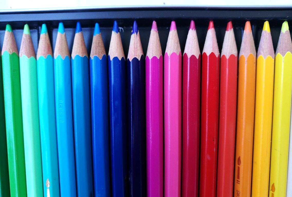Przybory artysty pędzle farby kuretake kredki akwarelowe cienkopisy micron