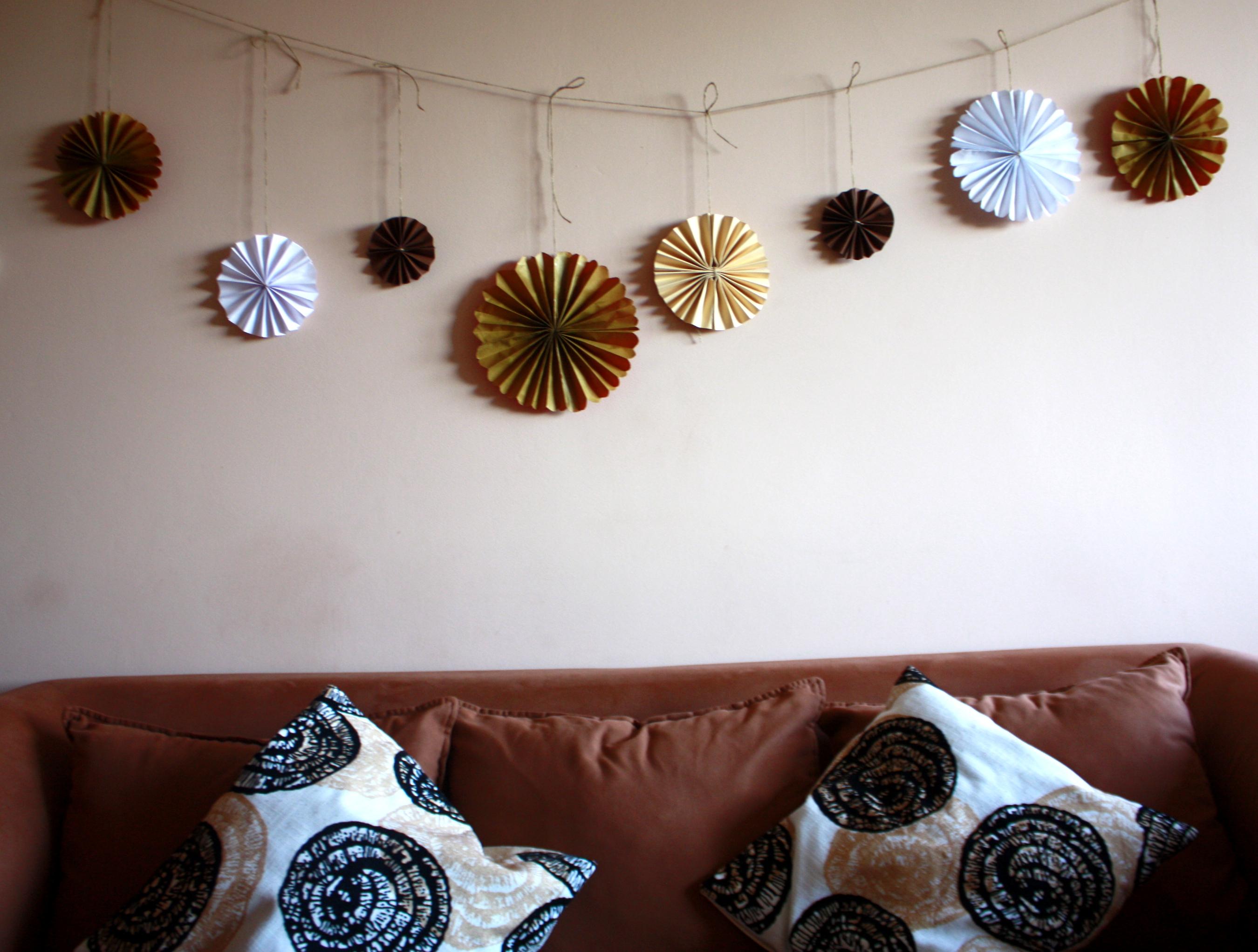 girlanda z rozet dekoracja mieszkania DIY