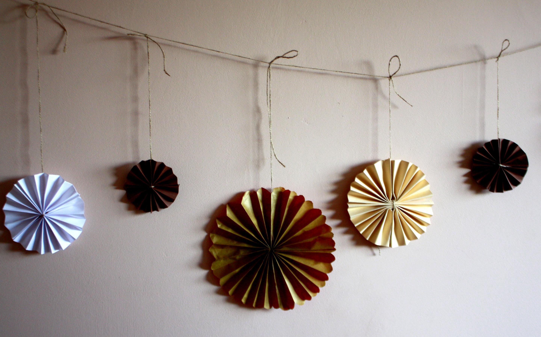 girlanda z rozetami DIY