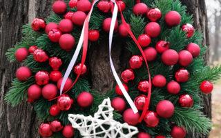 wianek świąteczny czerwony z gwiazdą